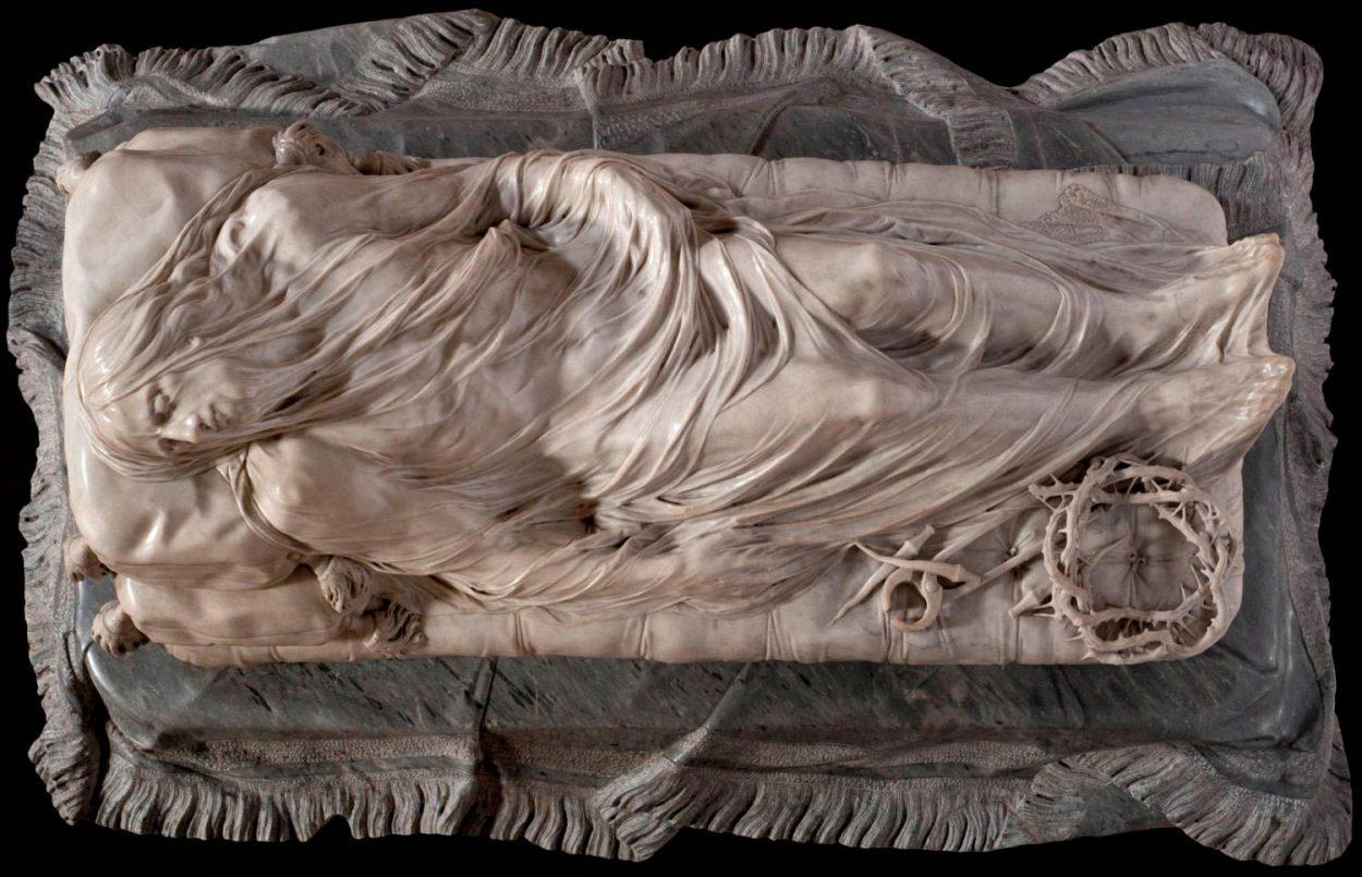 Вуаль из мрамора на скульптуре «Христос под плащаницей».