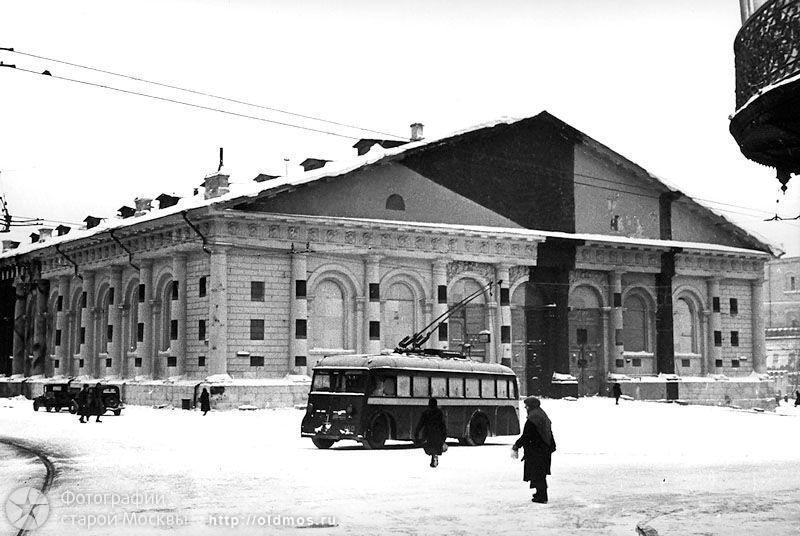 Замаскированное здание Манежа