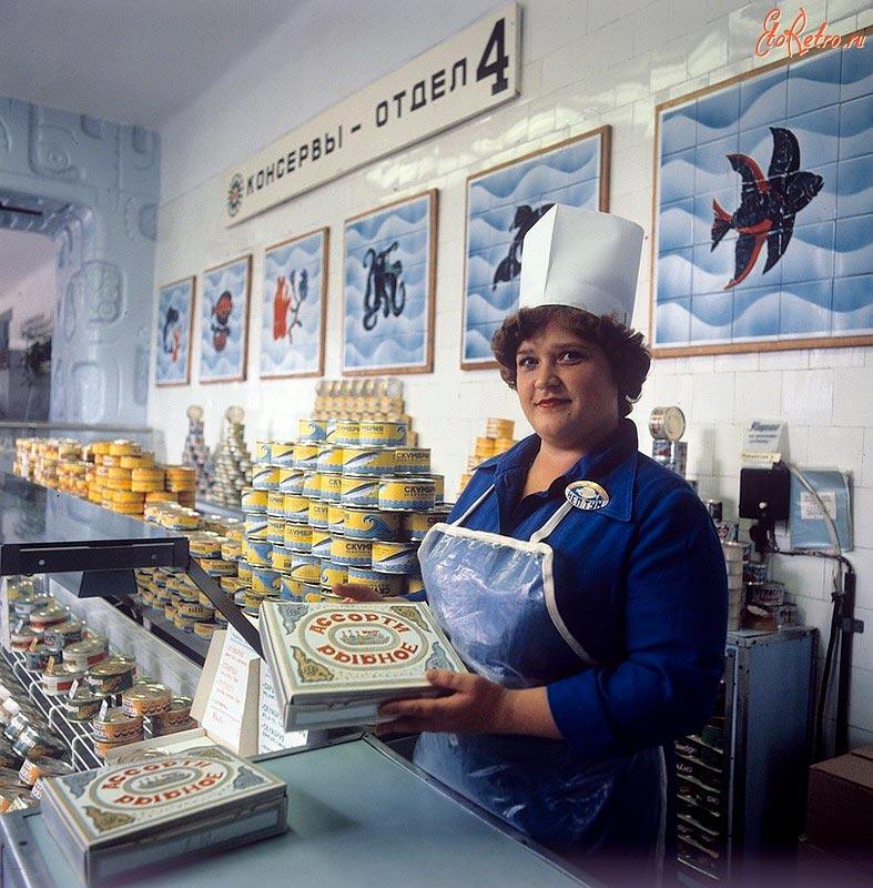 Продавщица в рыбном магазине