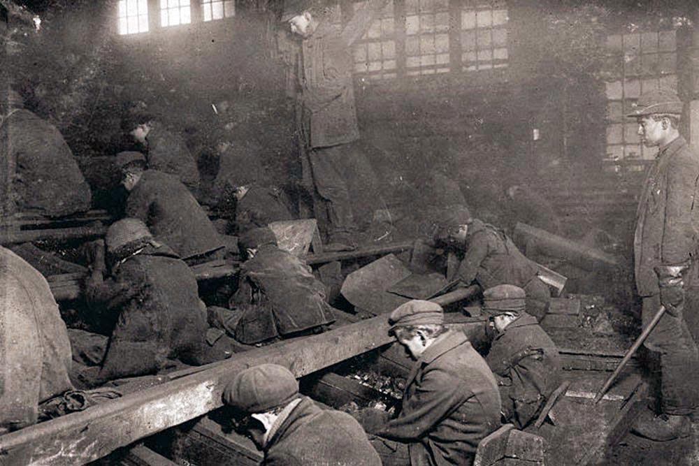 Дети обрабатывают руду в шахтах Питкяранты. 70-е годы XIX века