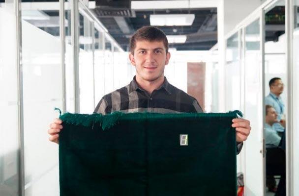 Эльдар Клычев и его сенсорный молитвенный коврик для подсчёта ракаатов