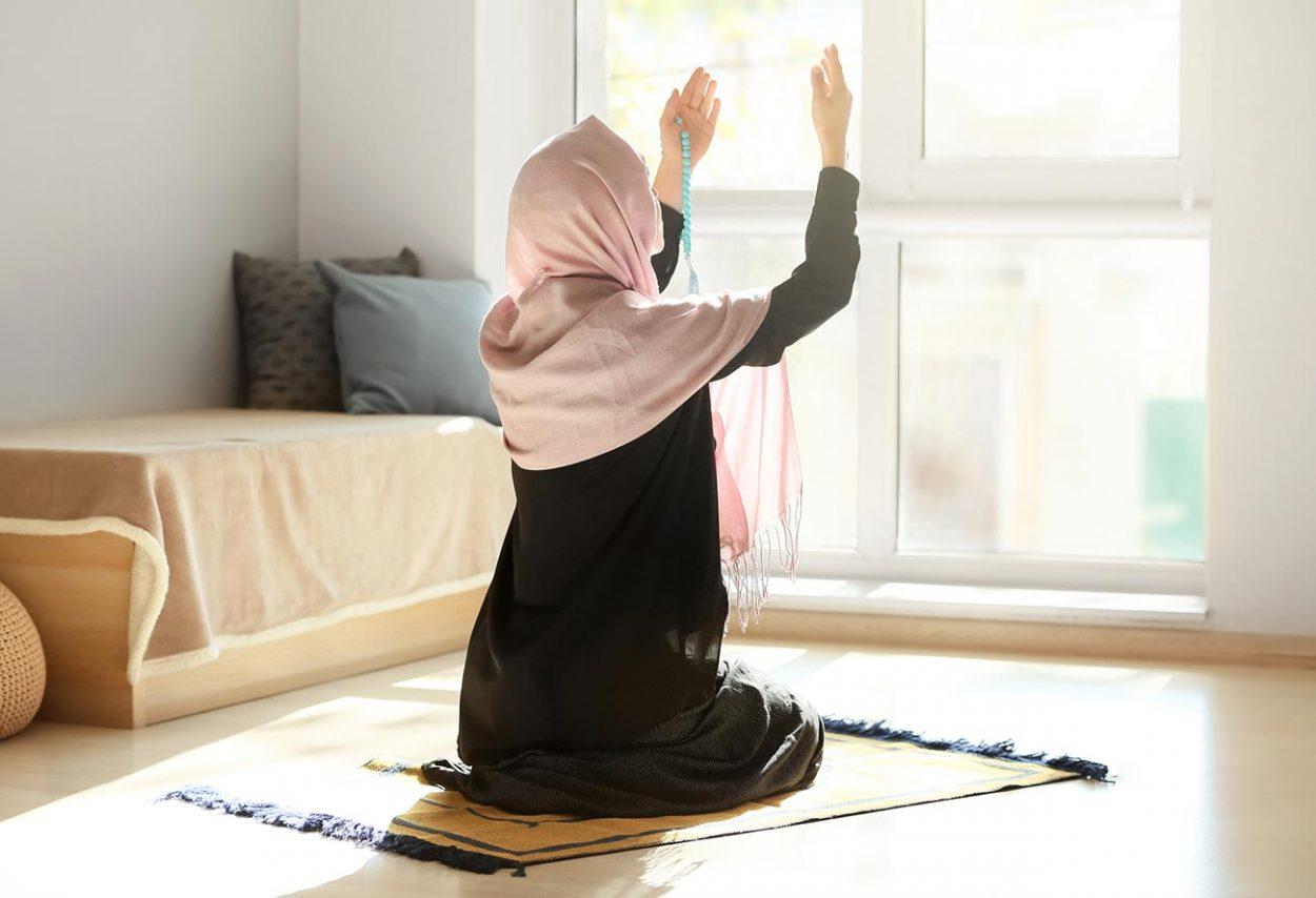 Мусульманка совершает намаз