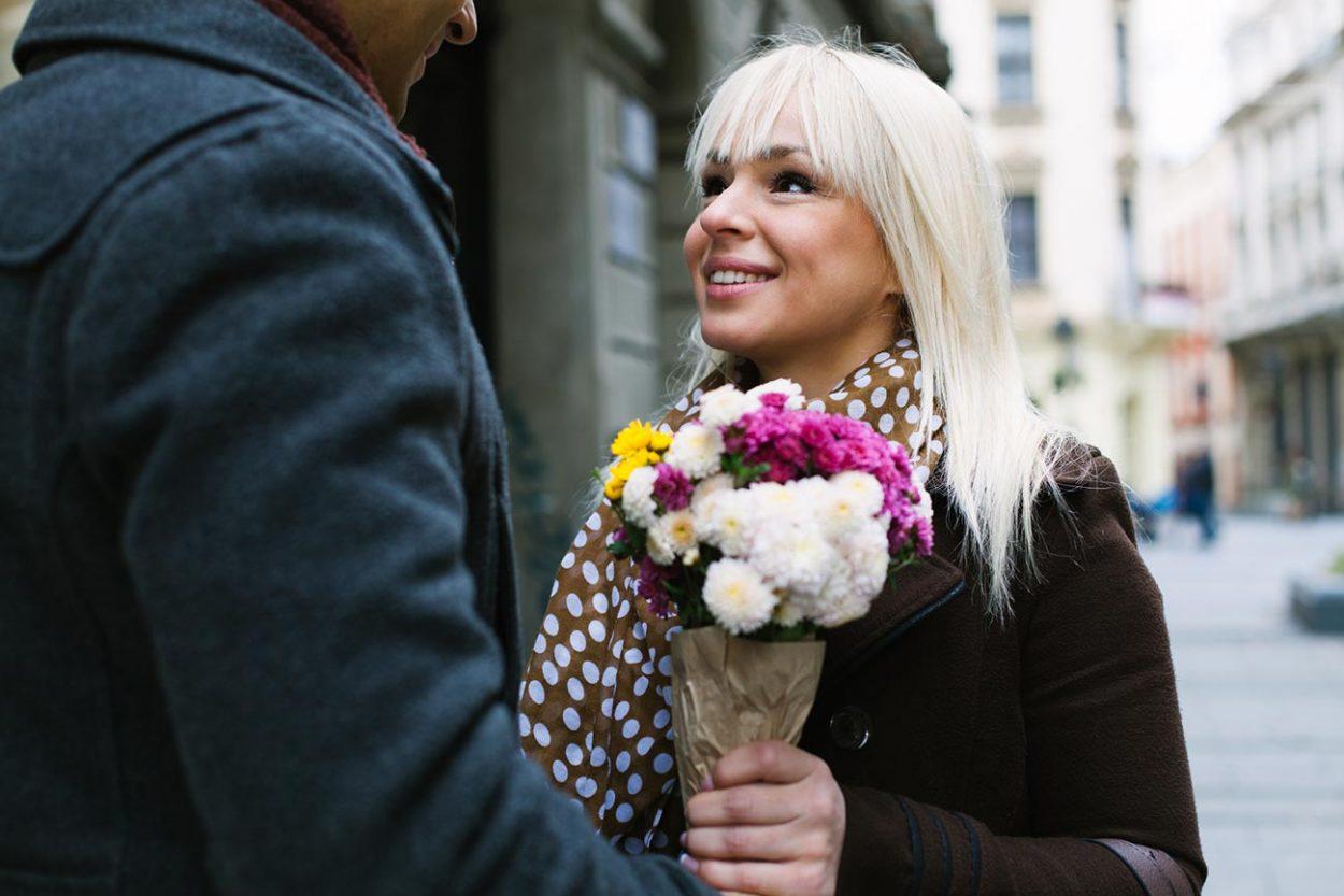 Традиция дарить цветы женщинам