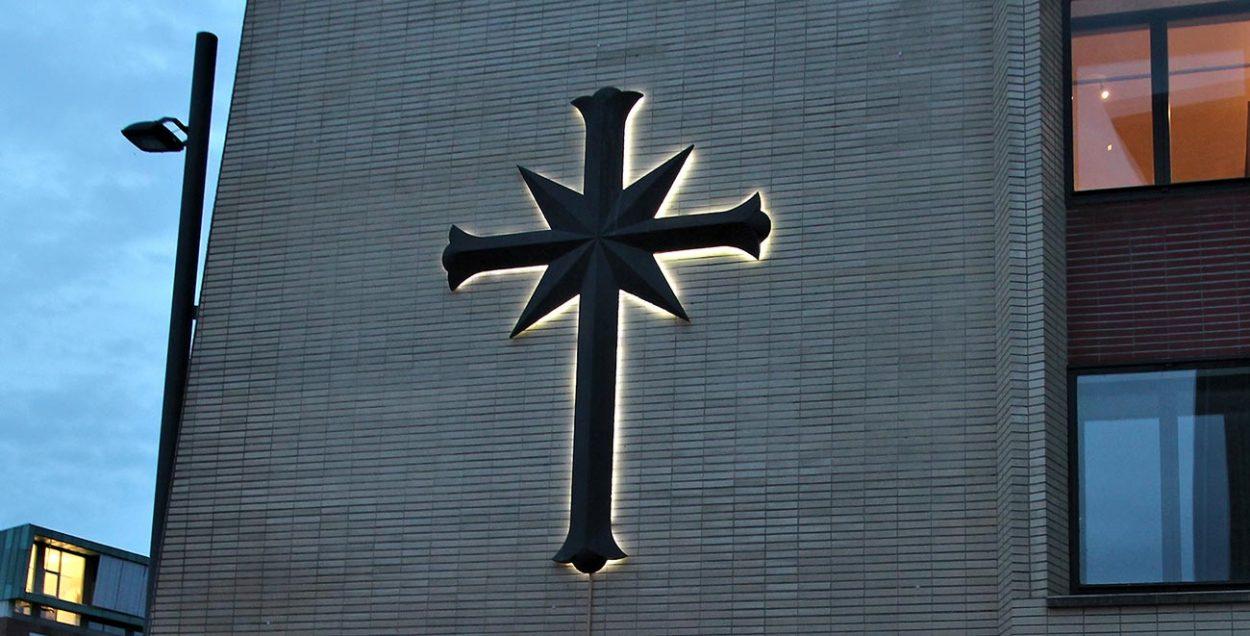 Крест саентологов на фасаде здания