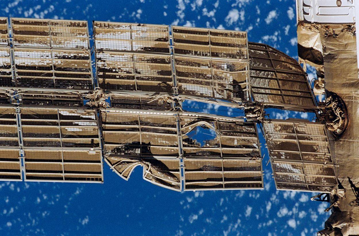 Повреждённая солнечная батарея модуля станции «Мир»