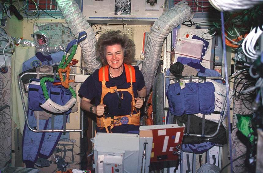 Американский астронавт Шэннон Люсидфор на станции «Мир»
