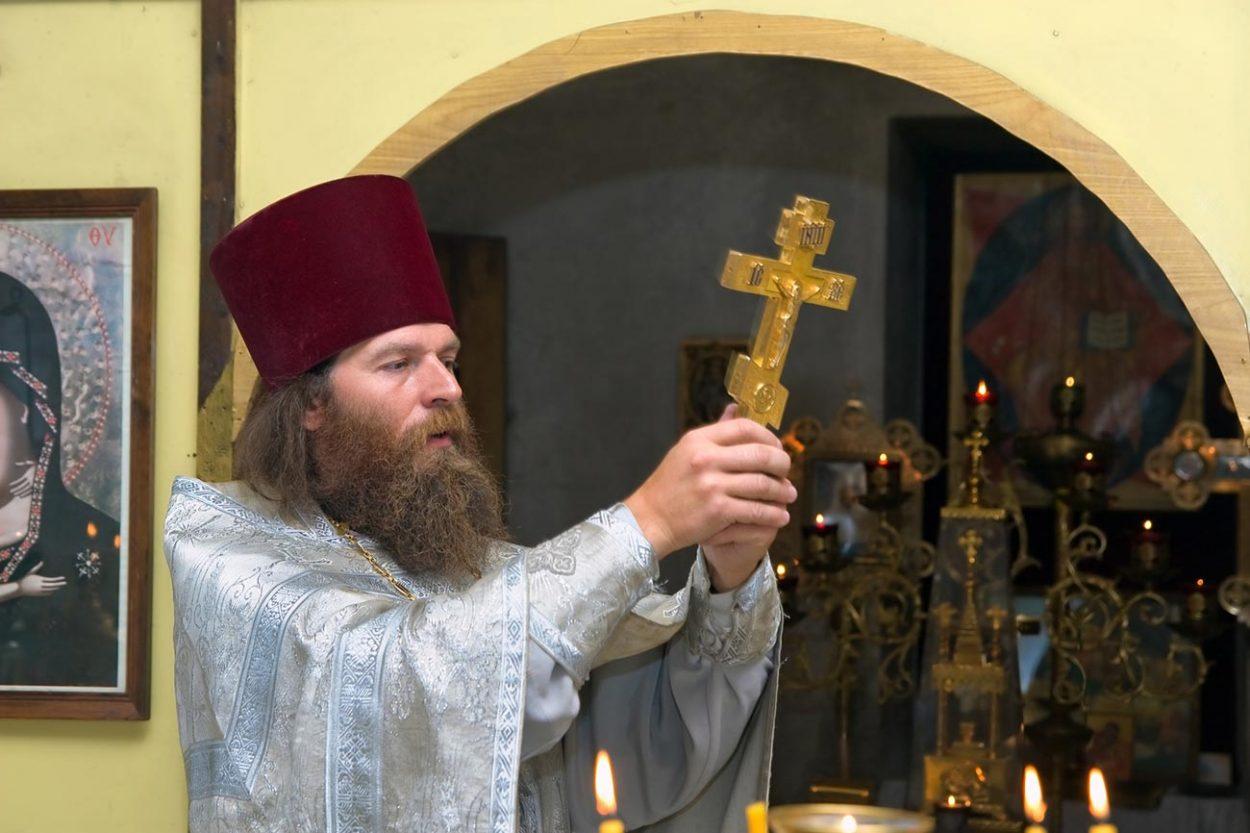 Священник и его головной убор «Камилавк»