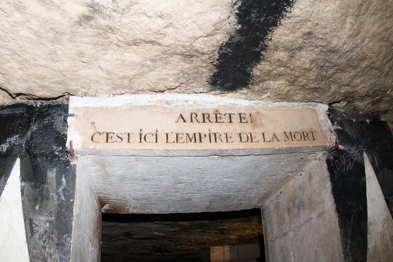 Табличка на входе в катакомбы под Парижем с надписью «Остановись, здесь царство смерти»