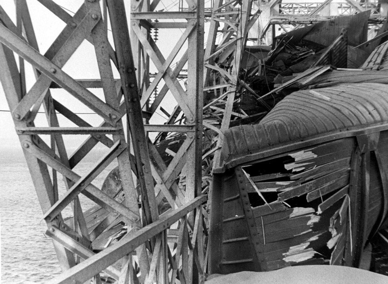 Императорский мост в Ульяновске после столкновения с теплоходом «Александр Суворов»