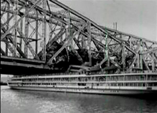 Столкновение теплохода «Александр Суворов» с железнодорожным мостом в Ульяновске