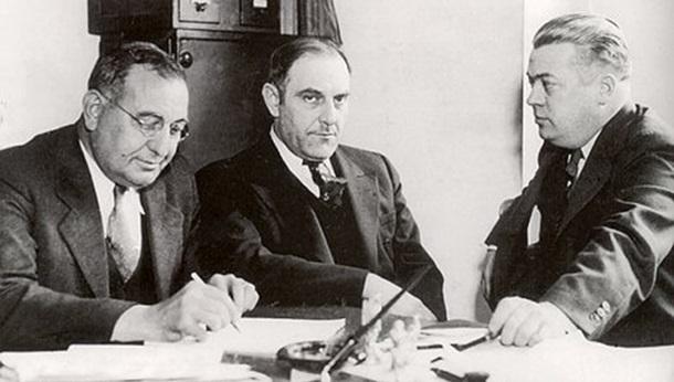 Виктор Люстиг (в центре) во время заключения сделки