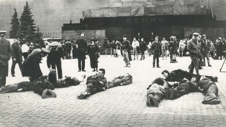 Активисты движения Э.Т.И. на Красной Площади во время акции «Э.Т.И.-текст», 1991 год.