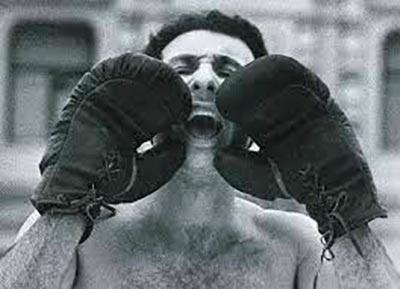 Александр Бренер в боксерских перчатках вызывает на бой Бориса Ельцина