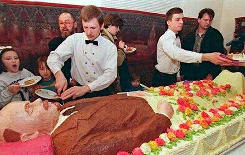 Торт в виде гроба с Лениным