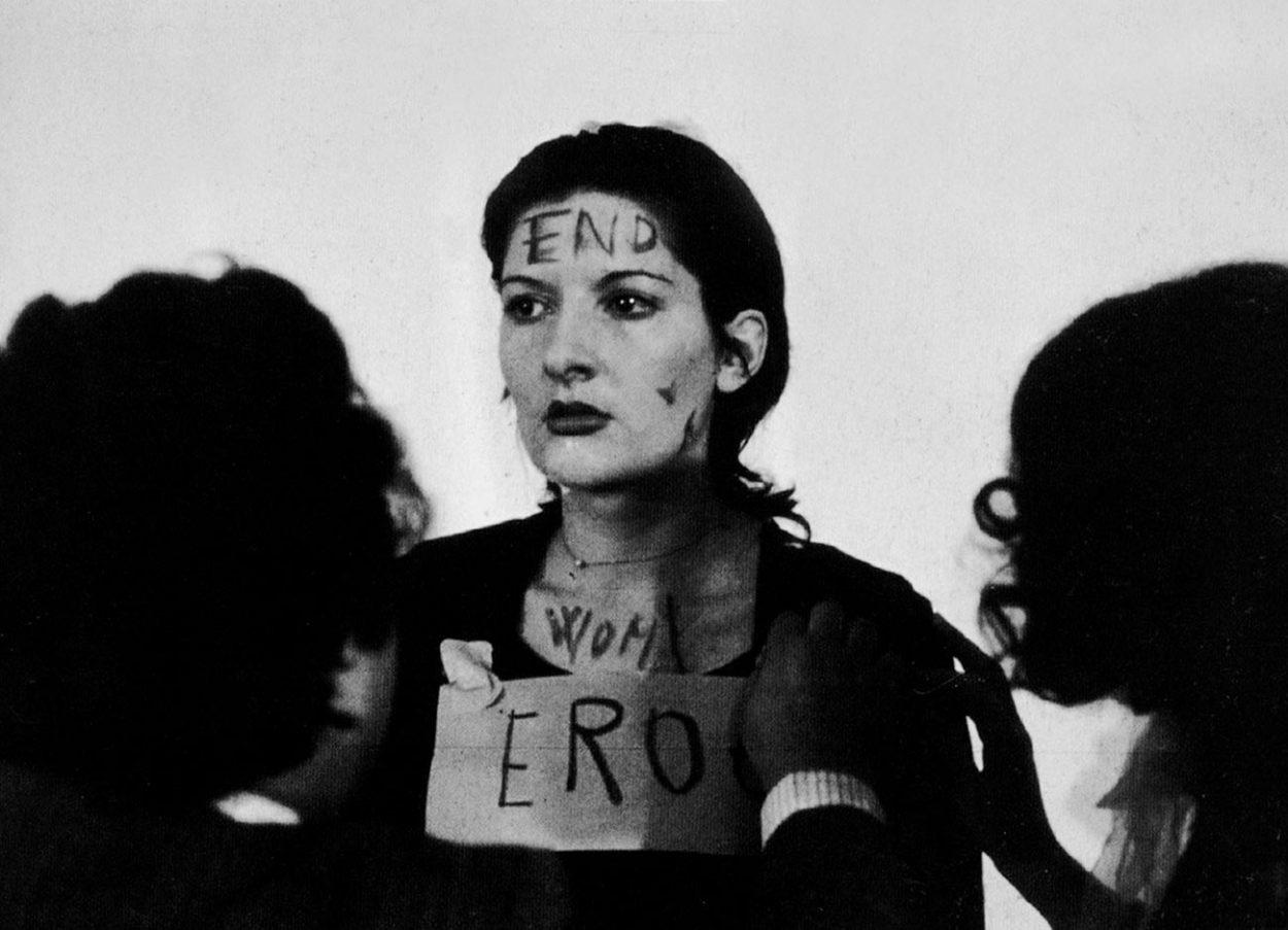 Марина Абрамович во время перфоманса «Pитм 0», 1974 год