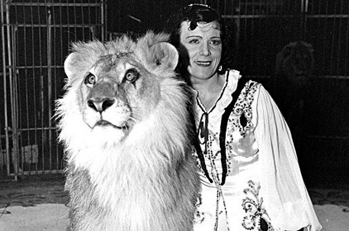Дрессировщица Ирина Бугримова со львом на сцене цирка