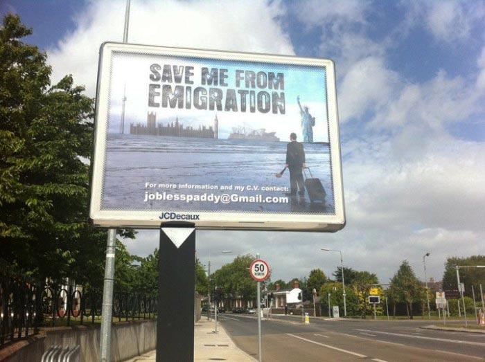 Рекламный щит с фотографией Фейлима Мак Ан Айомаре и надписью «Спасите меня от эмиграции»