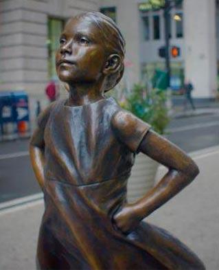 Скульптура «Бесстрашная девочка»