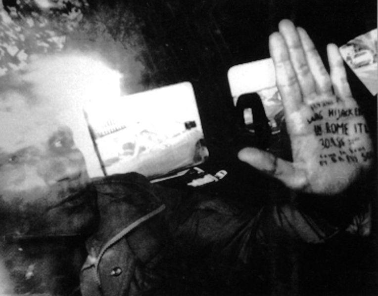 Похищенный Мордехай Вануну во время транспортировки