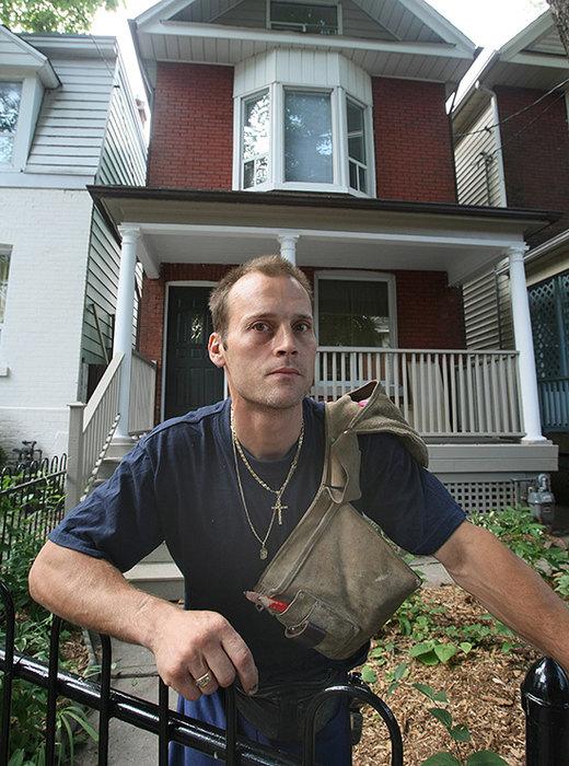 Боб Кингхорн во дворе своего дома.