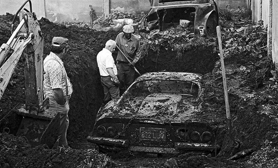 Феррари закопанный в землю