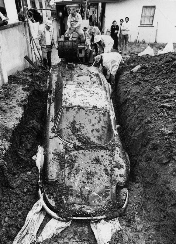 Феррари закопанный в землю во дворе дома