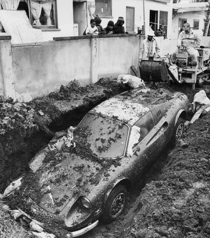 Раскопки Феррари закопанного во дворе дома