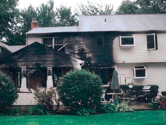 Полусгоревший дом семьи Петит