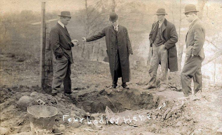 Одна из выкопанных сыщиками могил на ферме Ганнессов