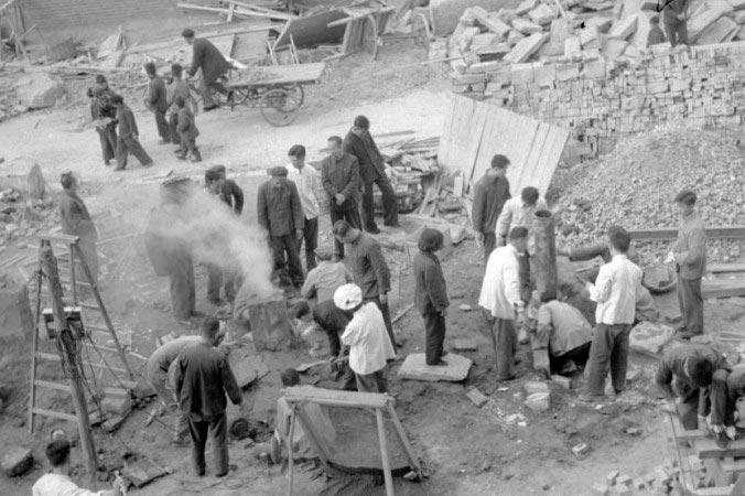 Пекинцы и их примитивная печь для выплавки стали во времена Большого скачка