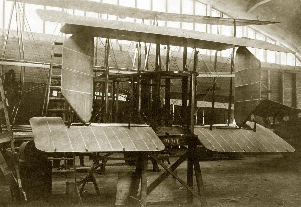 Сборка триплана <nobr>КОМОТА</nobr> на Авиационном заводе № 39 имени В. Р. Менжинского» class=»wp-image-224529″/></figure></div>    <h2>Выдающиеся изобретения, сделанные учёными в«шарашках»</h2>    <p>В«Туполевской шараге», как её называли между собой заключённые, было построено несколько весьма удачных самолётов. Например, <nobr>Пе-3</nobr> и<nobr>Пе-2</nobr> под руководством Владимира Михайловича Петлякова, и<nobr>ДВБ-102</nobr> почертежам Владимира Михайловича Мясищева. Нолегендарным самолётом, рождённым взастенках шарашки <nobr>ЦКБ-29</nobr>, был пикирующий бомбардировщик <nobr>Ту-2</nobr>. Его создателями были члены бригады Андрея Николаевича Туполева. Принимал участие вего создании иКоролёв, переведённый впоследствии в<nobr>ОКБ-19</nobr>, где занимались разработкой ракетных двигателей. Авподольской шараге специалисты сконструировали два плавающих танка— <nobr>Т-27</nobr> и<nobr>Т-37</nobr>. Помимо авиаконструкторов ивоенных инженеров, в<nobr>ЦКБ-29</nobr> НКВД трудились иучёные издругих областей. Так, Лев Термен, бывший тогда ассистентом Королёва, придумал принципиально новый метод прослушки помещений путём считывания вибраций оконного стекла. Неотставали отТермена иего коллеги вНИИ иКБтюремного типа.</p>    <p>В«Марфинской шараге» (НИИ Связи) иврадиотехнической шарашке учёные улучшили уже имеющиеся методы связи иразработали несколько новых подслушивающих устройств. Изобретатели вшарашках трудились инад химическим оружием, инад способами защиты отнего. Яков Фишман вместе сосвоей группой разработал очень эффективную модель противогаза. Авсухумской атомной шараге специалисты трудились над разделением изотопов урана. Кроме людей технических профессий всоветских шарагах оказывались илюди творческие. Побывали там писатели Солженицын, работавший в«шарашке» вкачестве математика, иКопелев. Аархитекторами вшарашках работали художники <nobr>Ивашёв-Мусатов</nobr>, Лансере иРерих.</p>    <p>Как видно, взастенках учёные иинженеры работали довольно продуктивно. Ноэто неотме