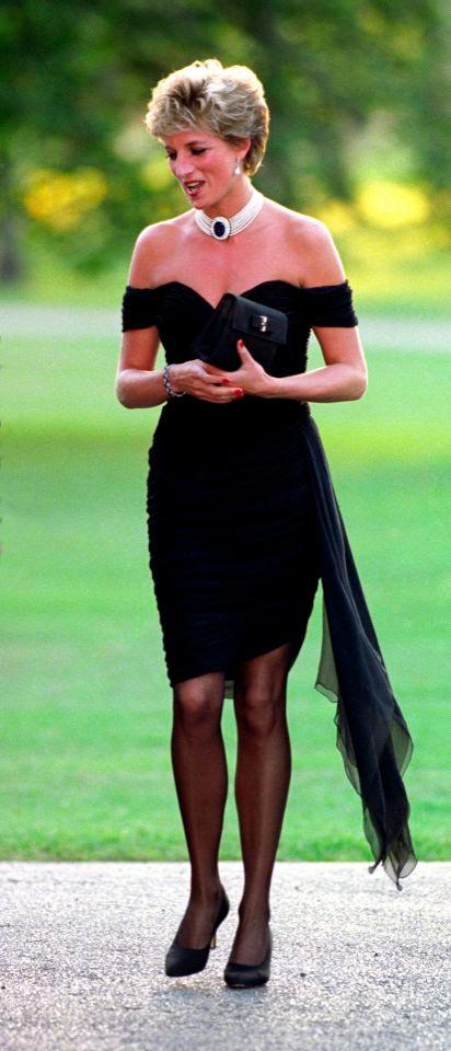 Принцесса Диана в чёрном платье с голыми плечами и глубоким декольте