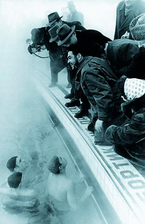 Эрнесто Че Гевара во время посещения бассейна Москва зимой в 1960 году.