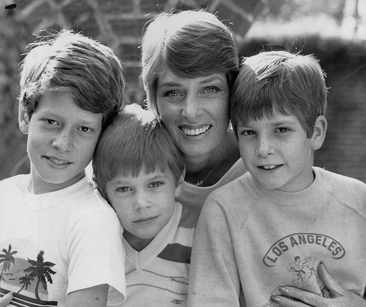 Ким (Гроув) со своими сыновьями