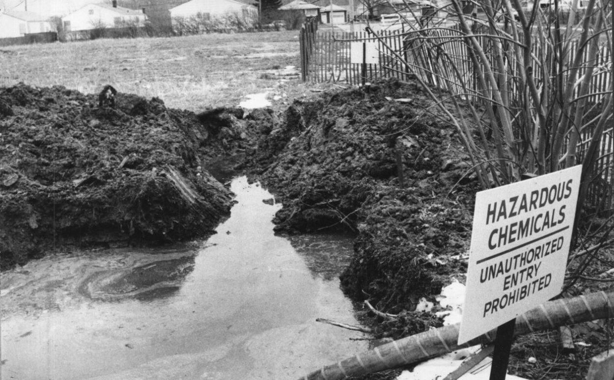 Табличка с предупреждением на территории Лав-канала «Опасные химикаты. Несанкционированный вход запрещен».