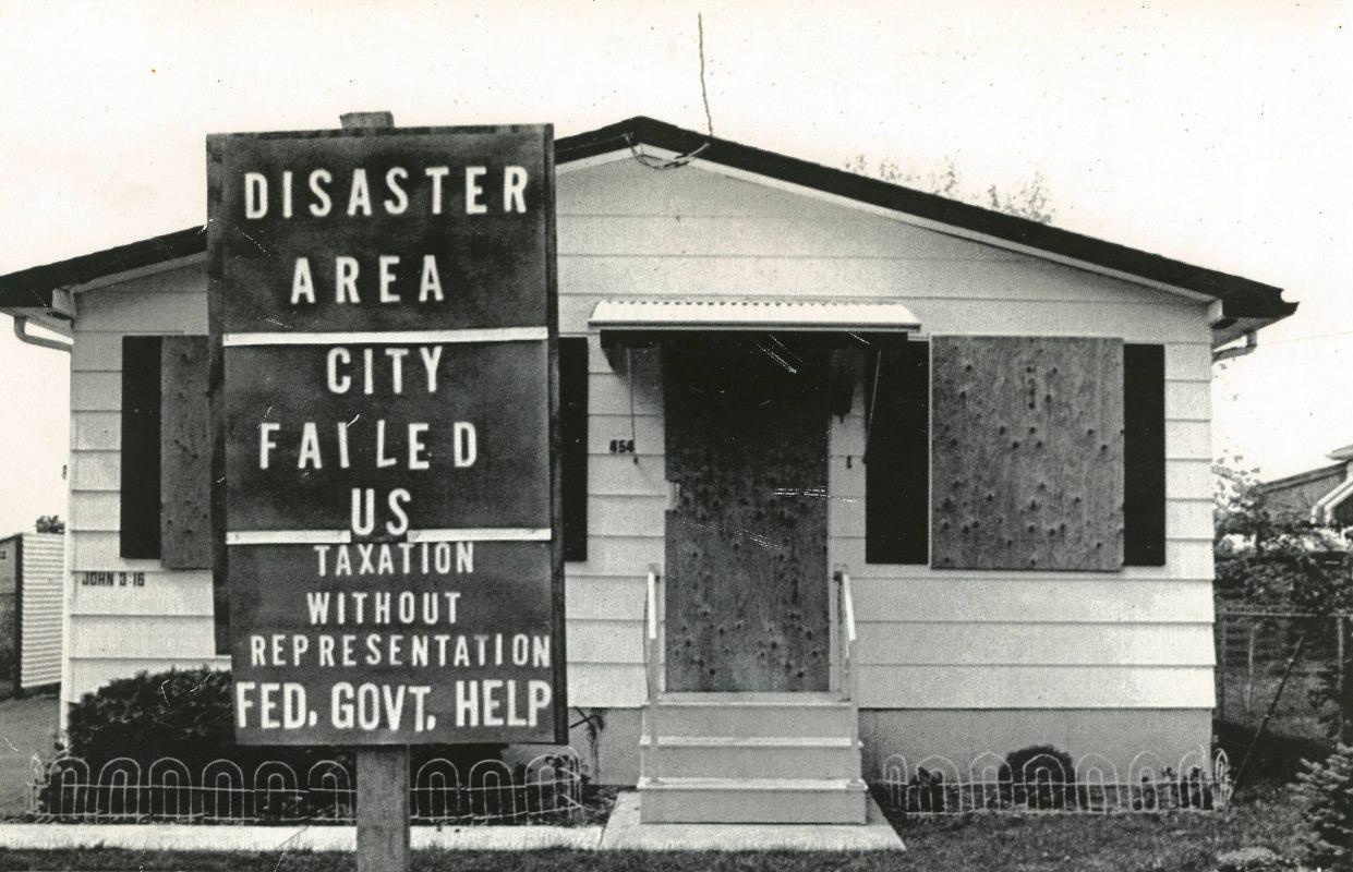 Лав-канал, табличка с надписью  «Район бедствия. Город не удался. Налогообложение без предоставления помощи от федерального правительства».