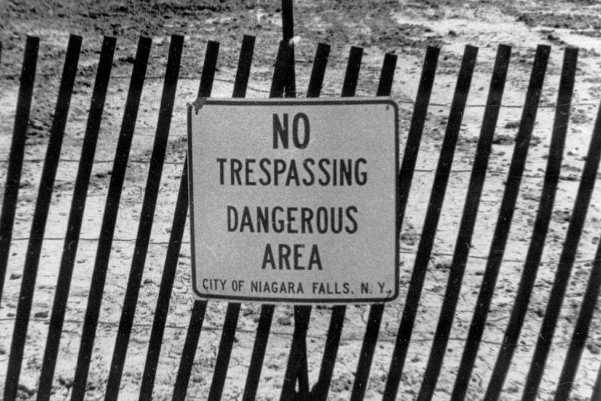 Предупреждающая табличка «Не входить. Опасная зона».