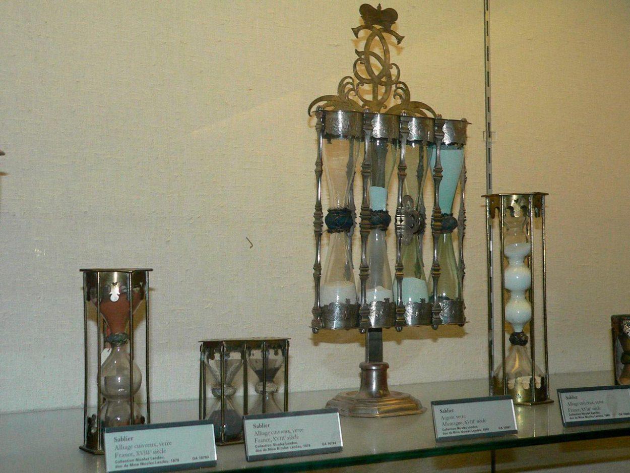 Старинные песочные часы различных конструкций
