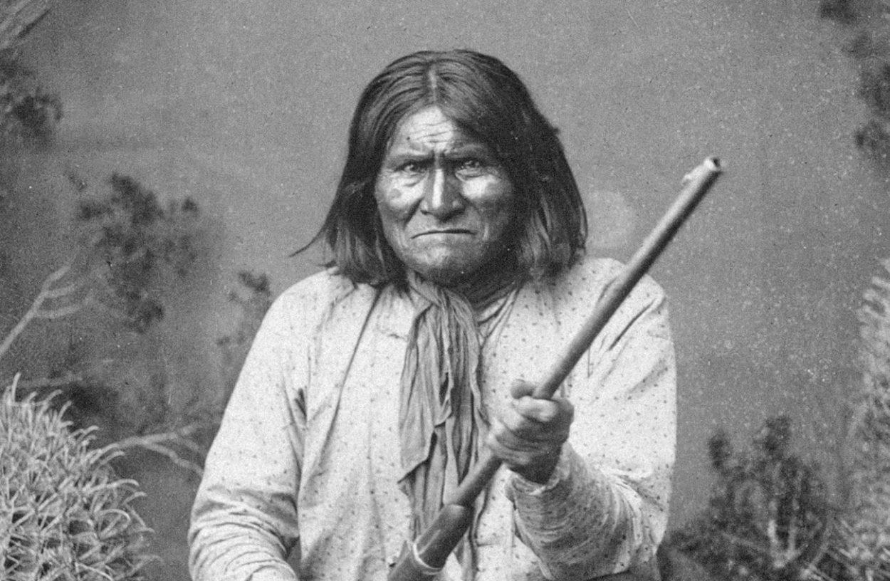 Джеронимо —  последний вождь апачей.