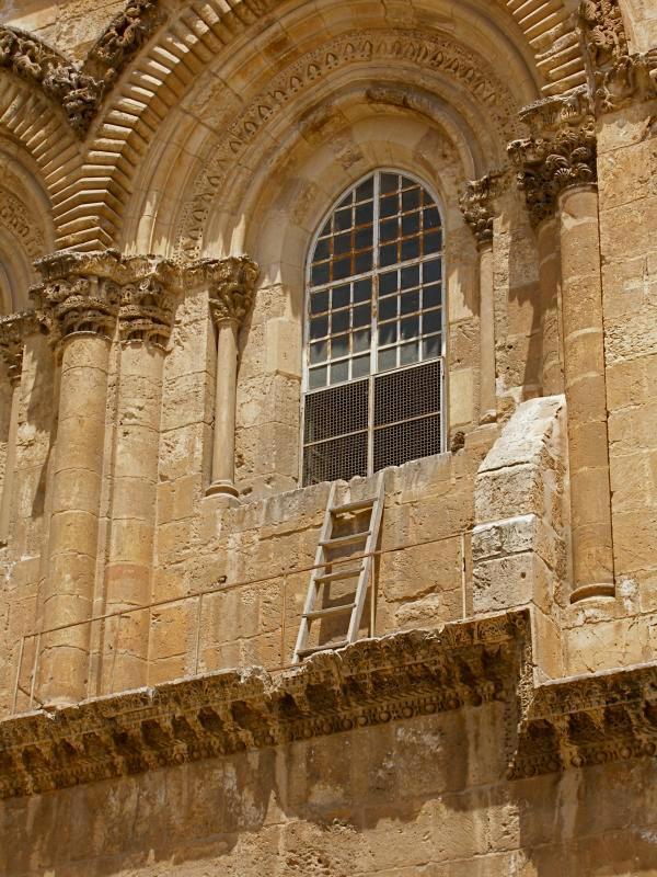 Недвижимая лестница на фасаде Храма Господня