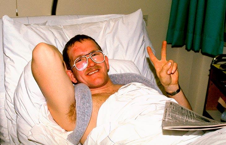 Майкл Эдвардс (Эдди Орёл) на больничной койке