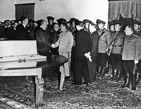 И. В. Сталин, Ф. Д. Рузвельт У. Черчилль на Тегеранской конференции
