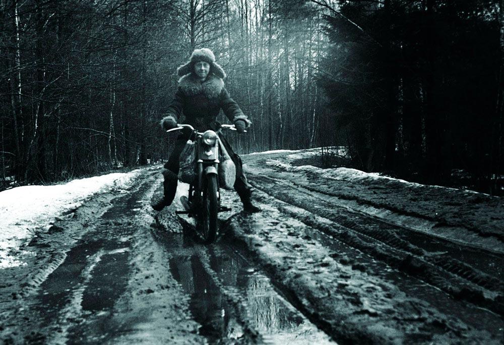Симона Коссак на мотоцикле по дороге в Дзедзинку