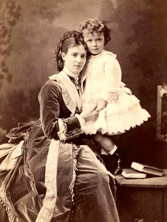 Императрица Мария Федоровна с сыном (Николаем II) в платье.