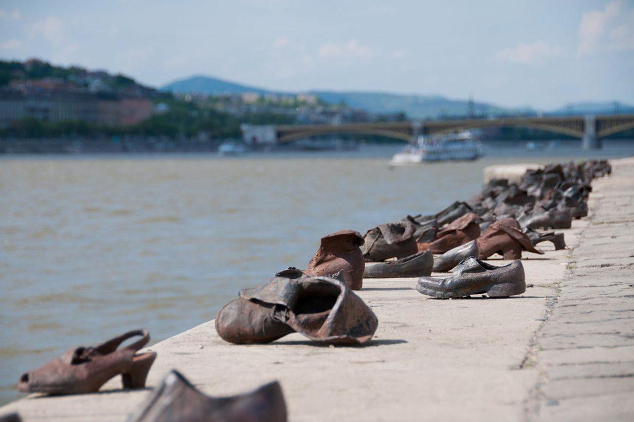 Зачем наберегу Дуная стоят 60пар чугунных ботинок?