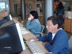 Пожилая студентка Рут Альмон в процессе обучения за компьютером.