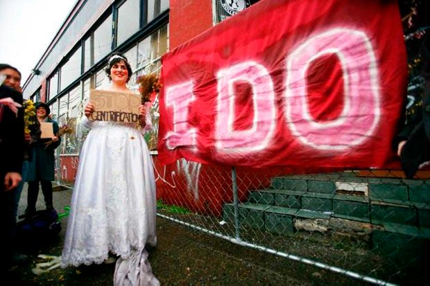 Бабилония Айваз в свадебном платье и её избранница  — склад