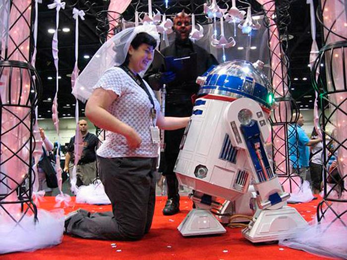 Бонни Бартон и её жених — астродройд R2D2