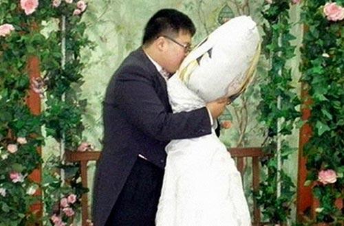 Церемония бракосочетания Ли Джин-Гью с его подружкой — подушкой