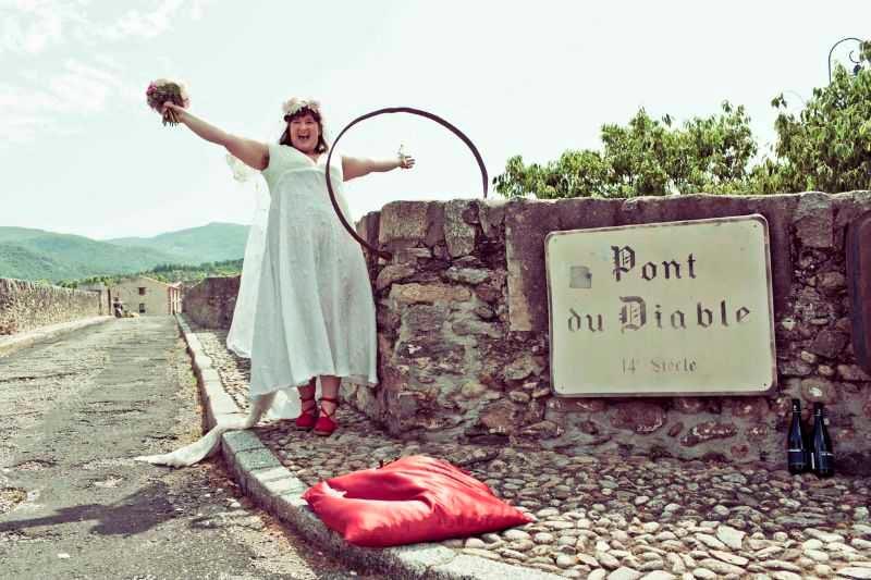 Джоди Роуз в свадебном платье и её избранник — мост через реку Эро
